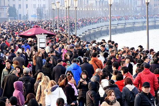 2018年02月17日,大年初二,上海外滩游客拥挤,人头攒动.图片