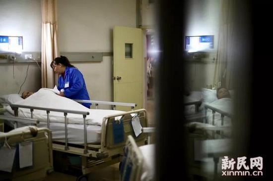 视频:上海金牌护工成稀缺资源 女护工24年没回家过年