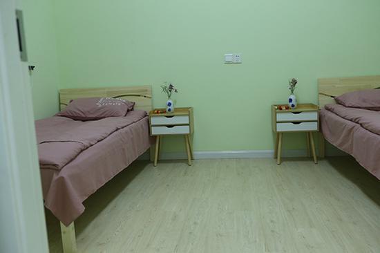 庇护所内的休息室。