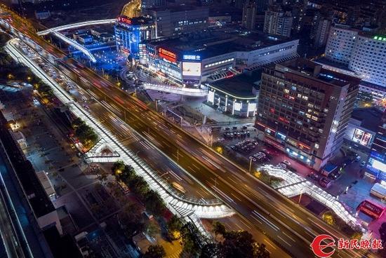 图说:莲花路连廊亮灯测试 新民晚报记者 陈梦泽摄