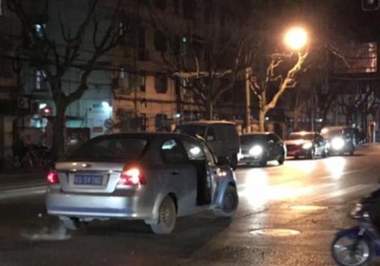 图说:任性司机将车停在马路中央与朋友吵架 网友供图