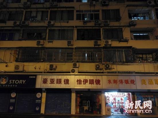 上海一男孩4楼坠落地面伤势较重 热心市民合力救援
