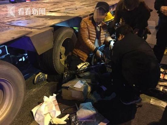 大型车转弯撞倒并碾压骑车人 伤者获救死里逃生
