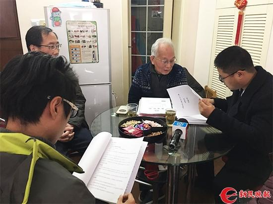 图说:项目牵头人苏修洁老人(中)和三菱电梯的代表(右)在商谈委托代理事宜。邵宁 摄
