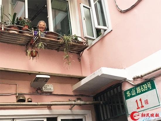 图说:住在二楼的余阿姨开心地说,这下有希望了。邵宁 摄