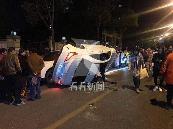 上海一轿车失控侧翻连撞两车 肇事车内2人受伤