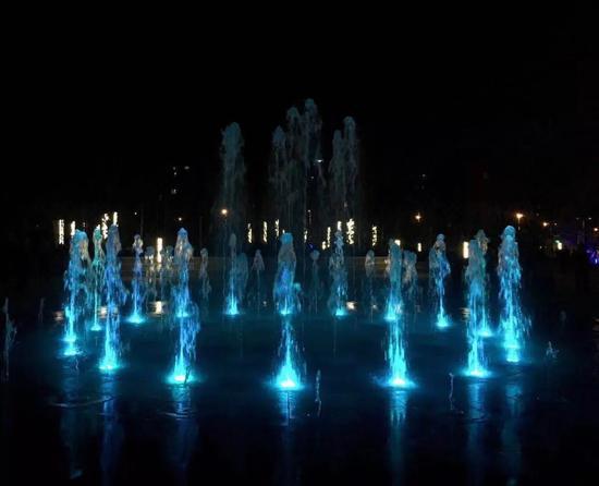 绿地中间的活动区域,设置音乐旱喷广场和休息廊架,这里有川沙首个旱