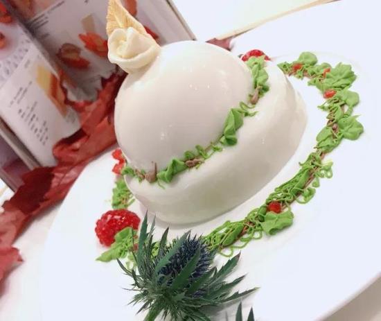 牛奶酱淋面加上秘制蛋糕胚夹心,酸酸甜甜的味道完全不会生腻!
