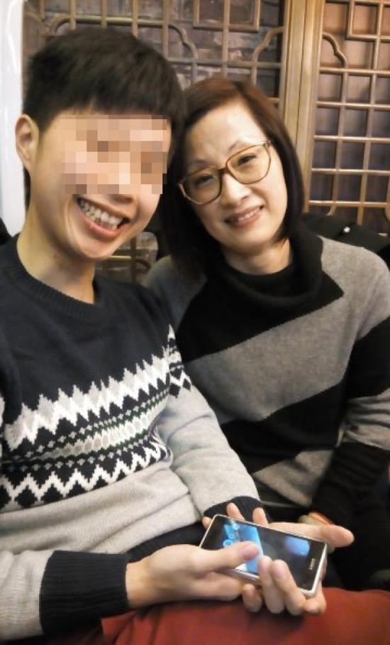 彭伟(化名)与母亲合影。 图片来自彭伟微博