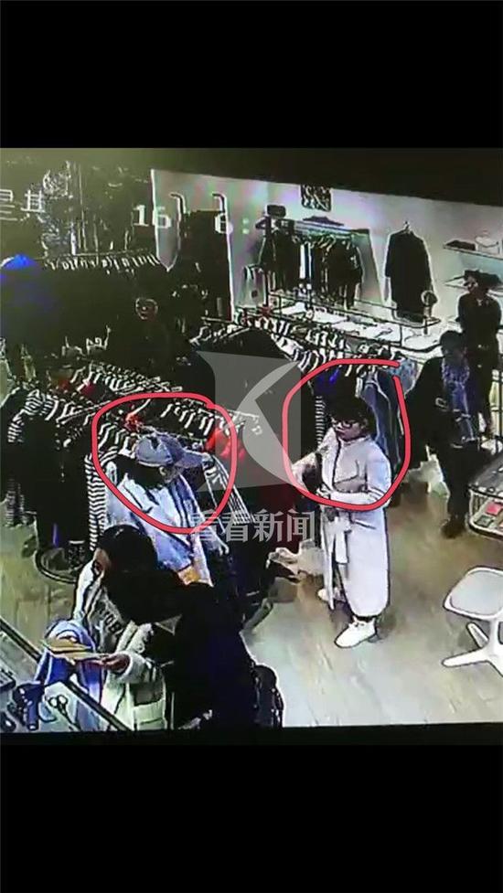 年底上海一商场内女贼出没 偷盗过程被监控拍下