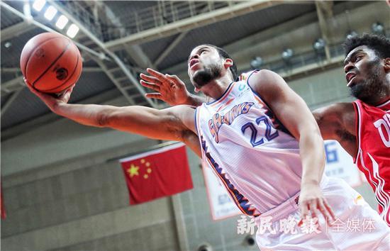 上海男篮主场1分险胜青岛队 0.3秒2次罚球死里逃生