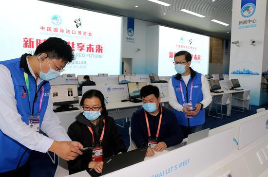 中国电信上海公司已经为第三届中国国际进口博览会准备了全方位的通信保障和5G应用服务。记者在新闻中心,可以享受万兆出口的有线、无线极速上网服务。图为来自央媒的记者,正在体验电信5G的超快下载速率。王万隆摄影