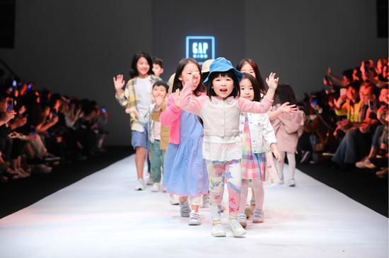 萌娃小模特身着GAP 2019童装新系列于KIDS WEAR上海时装周的秀场上,展现真我、绽放耀眼光芒