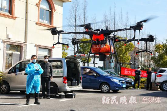 上海奉贤区启用无人机送菜 活鱼鲜蔬五分钟直送隔离户
