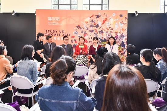 英国文化教育协会华东区主任马旭宁与留英校友代表接受媒体群访