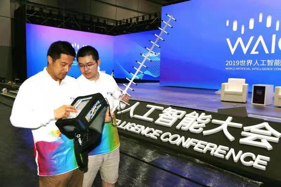 电信已经为8月29日开幕的第二届世界人工智能大会部署了完善的5G网络。图为中国电信上海公司移动互联网部重保中心技术人员正在世界人工智能大会开幕式现场测试5G信号。