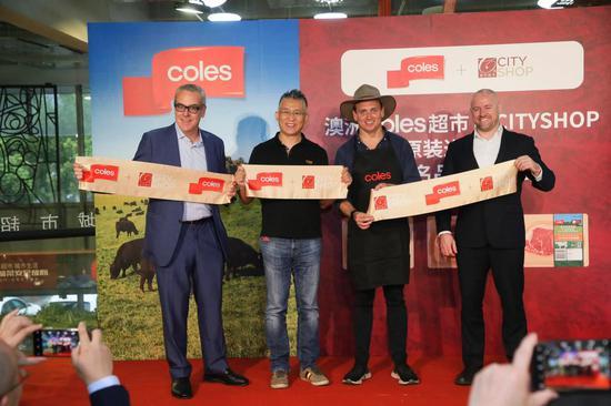 左起:澳大利亚维多利亚州政府负责人Tim Dillon、天天果园创始人兼城市超市董事长王伟、澳大利亚Coles公司亚洲地区出口主管尼克•奥斯顿、澳大利亚驻上海总领事馆商务领事Dane Richmond共同见证联名牛肉发布