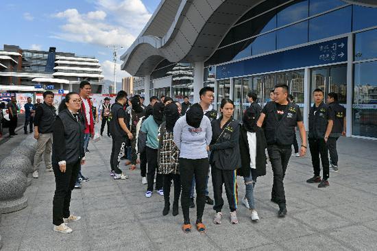图说:黄浦警方抓获谢某、陈某等32名犯罪嫌疑人。