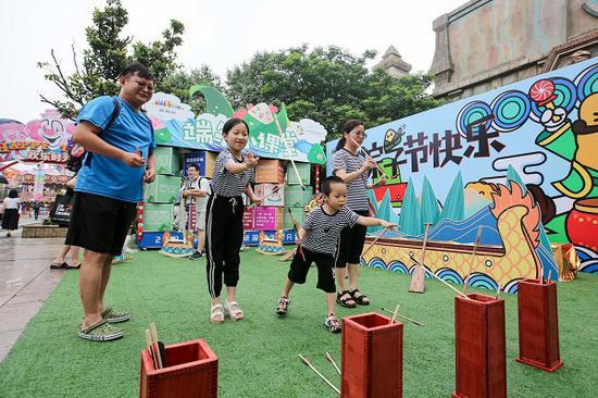 图说:上海欢乐谷投壶游戏 来源/采访对象供图