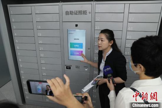 """上海市徐汇区""""一网通办""""自助证照柜,""""办事像取快递一样方便"""" 张亨伟 摄"""