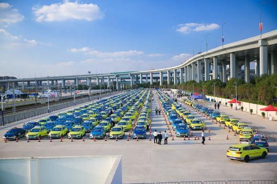 上海共配备纯电动出租车近2500辆,组建新能源出租车进博会专属保障车队。
