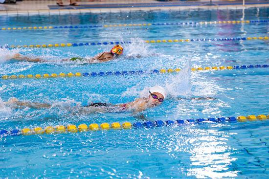 美再晨杯第二届企事业单位游泳比赛开赛 120余人参与