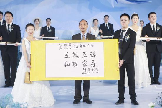 建华建材第十五届集体婚礼圆满礼成 30对新人喜结连理