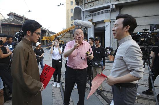 导演滕俊杰在歌剧电影《贺绿汀》拍摄现场给演员讲戏