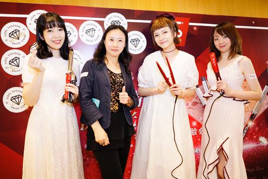 刘月仪女士(左二)与时尚博主合影