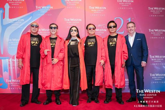 上海威斯汀大饭店总经理盖凡磊先生(右一)和《财迷》剧组在背景板前合影