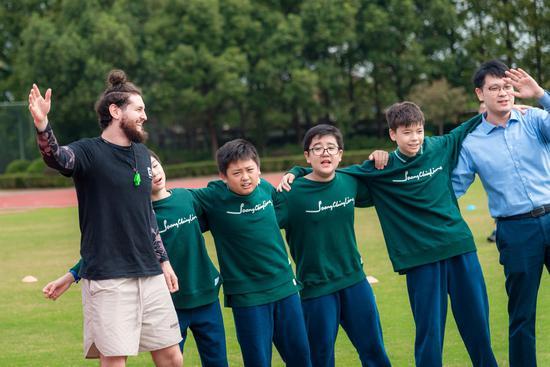 宋庆龄学校海外学子心系中国 中英文歌曲联唱为全人类祈福