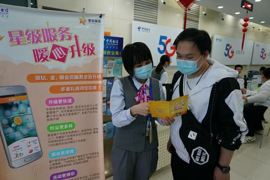 为做好进博会的保障,上海电信营业厅暖心服务全面升级。王浩森摄影