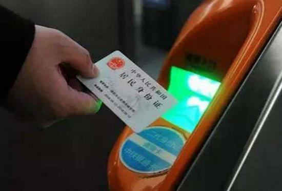图说:实行电子客票后,旅客刷证就能乘车 采访对象供图(下同)