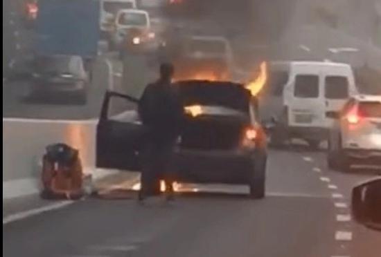 嘉闵高架一轿车燃起熊熊大年夜火 车主淡定从车内转移物品