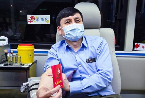 当他取下帽子后,虽然还戴着口罩,但立即被同车的献血者和护士们认出