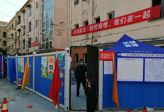 3月19日,位于闵行区江川路291弄10号的旧住房成套改造项目正式复工,成为全上海第一个复工的在建修缮项目工地。闵行区供图。