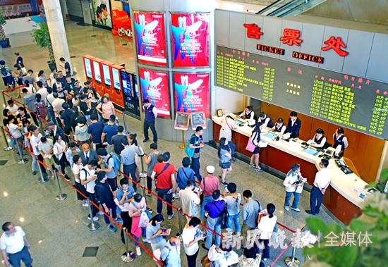 图说:去年上海国际电影节期间,观众排队购票  资料图  新民晚报记者 郭新洋摄