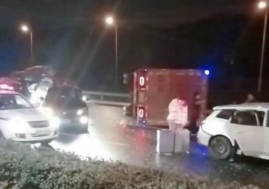 今晨S20外环高速外圈武威路三车相撞 货车驾驶员受伤
