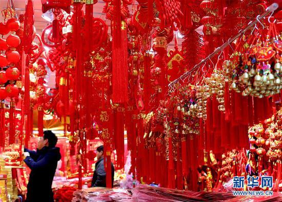 上海豫园喜庆年货迎新春 民俗小商品销售进高峰