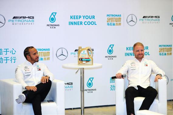 (梅赛德斯-AMG-马石油F1车队的车手刘易斯·汉密尔顿和瓦尔特里·博塔斯进行现场问答?#26041;冢? data-link=
