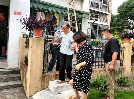 图说:高凤珍老人被安全接力托举解救