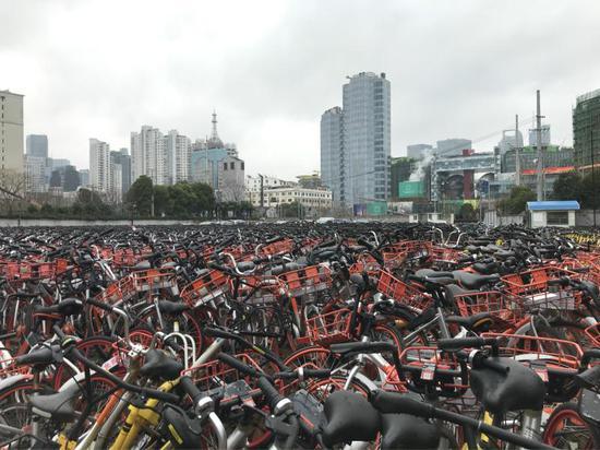 东长治路新建路违停单车收缴整治点,近1万辆共享单车停放于此。