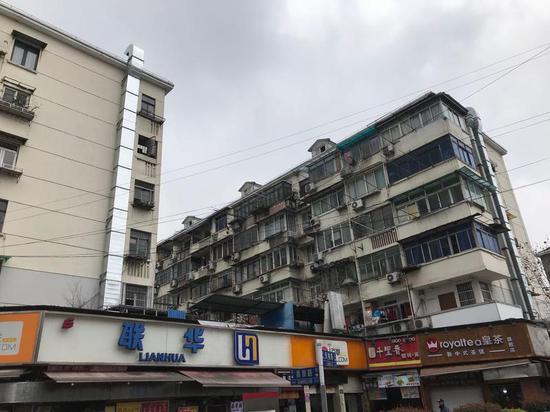 图说:商铺油烟扰民 徐驰 摄(下同)