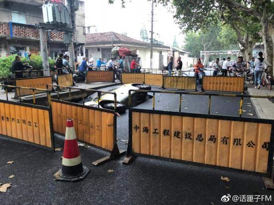 上海一处道路突然塌陷 一辆途经出租车侧翻陷入