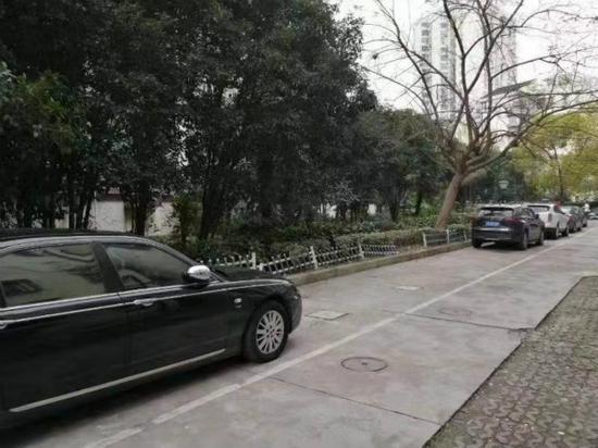 图说:秀苑小区整改后停车情况。 宏新摄