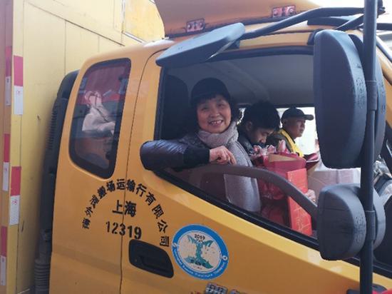 今年68岁的倪阿姨与外孙一起乘上搬场车