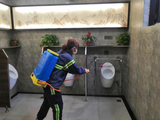 上海公厕全面升级防疫力度:男厕位取消纸篓 一客一洁