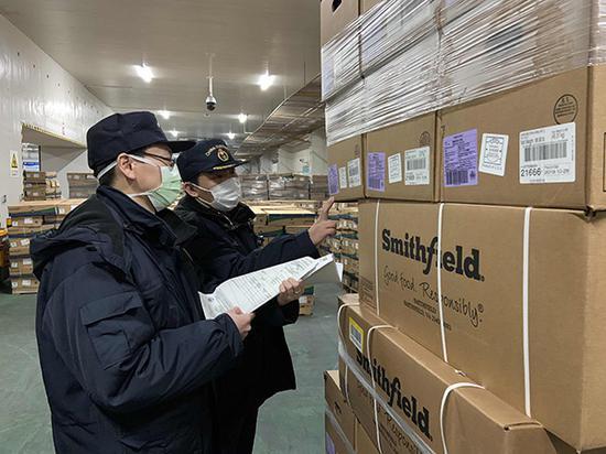 上海海关即检立放助力抗疫 2000吨进口冻猪肉直供武汉