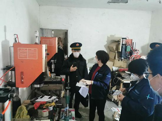 上海警方捣毁一口罩制假窝点 现场拘留收禁口罩10余万枚