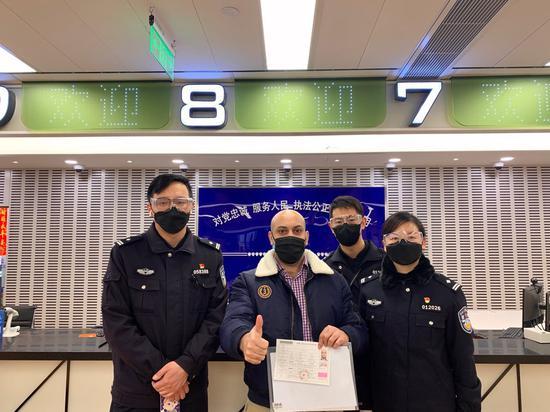 服务无国界 上海警方开绿色通道累计加急办证400余次